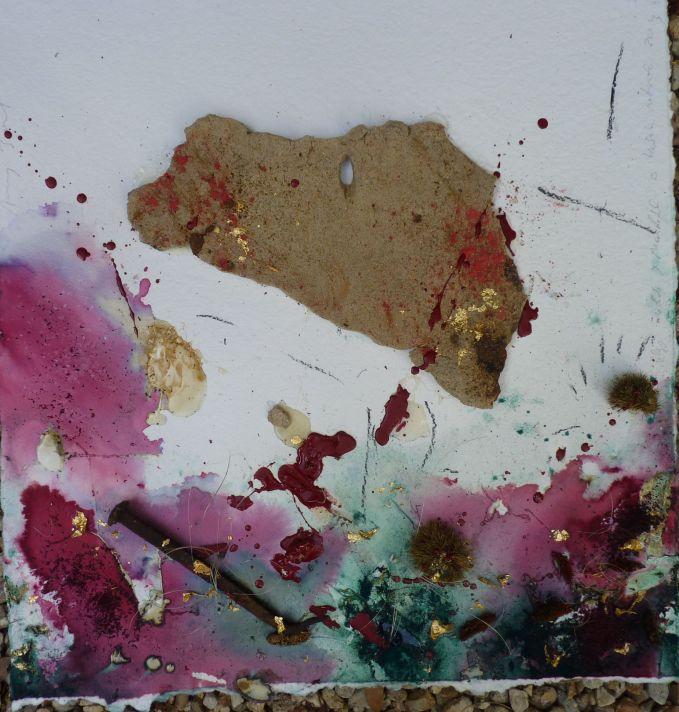 El lastre de piedra, enselñando su balnco vientre. 64x70  cms. Chamota refractaria, hibisco, cáscaras de castañas, pigmentos,  resina y oro sobre papel