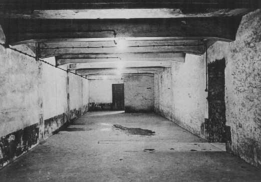 gas-chamber-auschwitz-I-1945